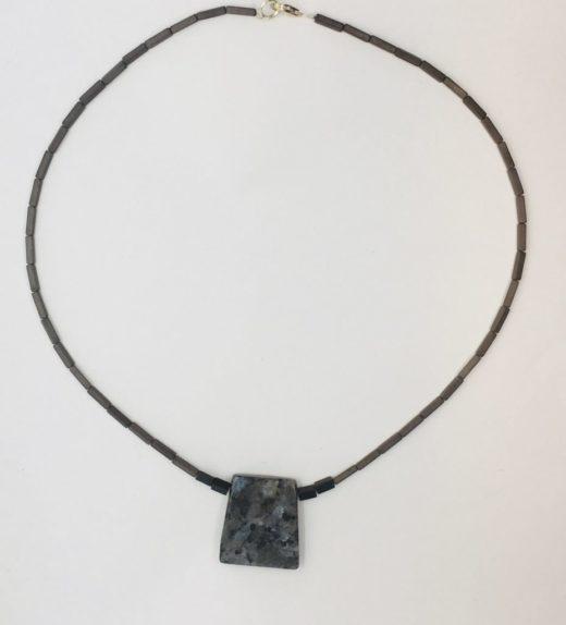 Krótki naszyjnik z hematytów z wisiorkiem z larvikitu, ludzie miasta, żywioł metalu, IMG_5410