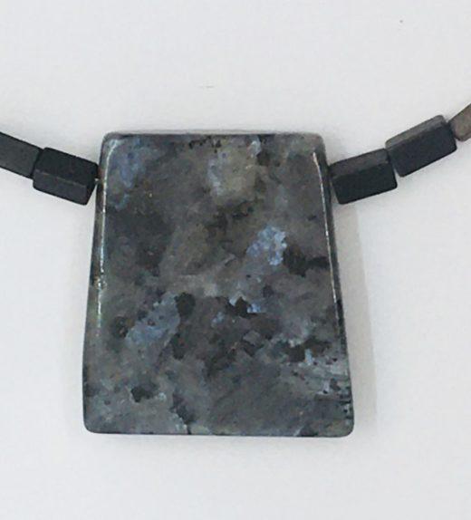 Krótki naszyjnik z hematytów z wisiorkiem z larvikitu, ludzie miasta, żywioł metalu, IMG_5411