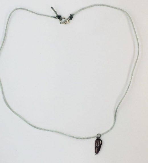 Krótki naszyjnik z listkiem z granatu na jedwabnym sznureczku, ludzie ogrodów, żywioł ziemi, IMG_5426